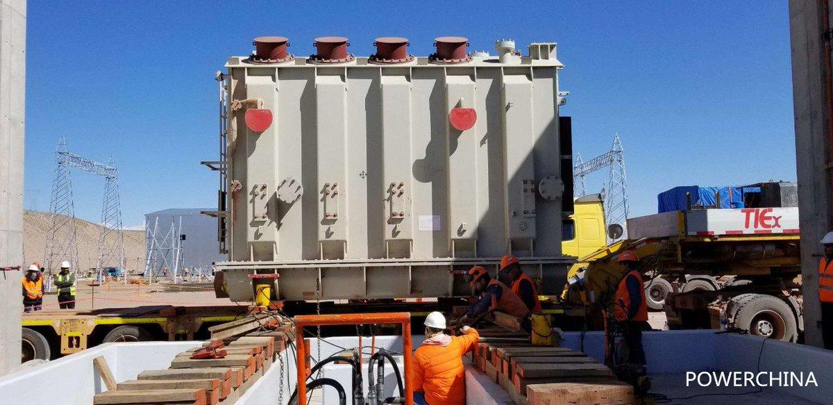 Se terminaron de colocar los 4 transformadores de potencia del Parque Solar Caucharí en Jujuy. Los transformadores permiten transportar la #EnergíaDelSol que reciben los paneles solares a la red eléctrica. #ArgentinaRenovable