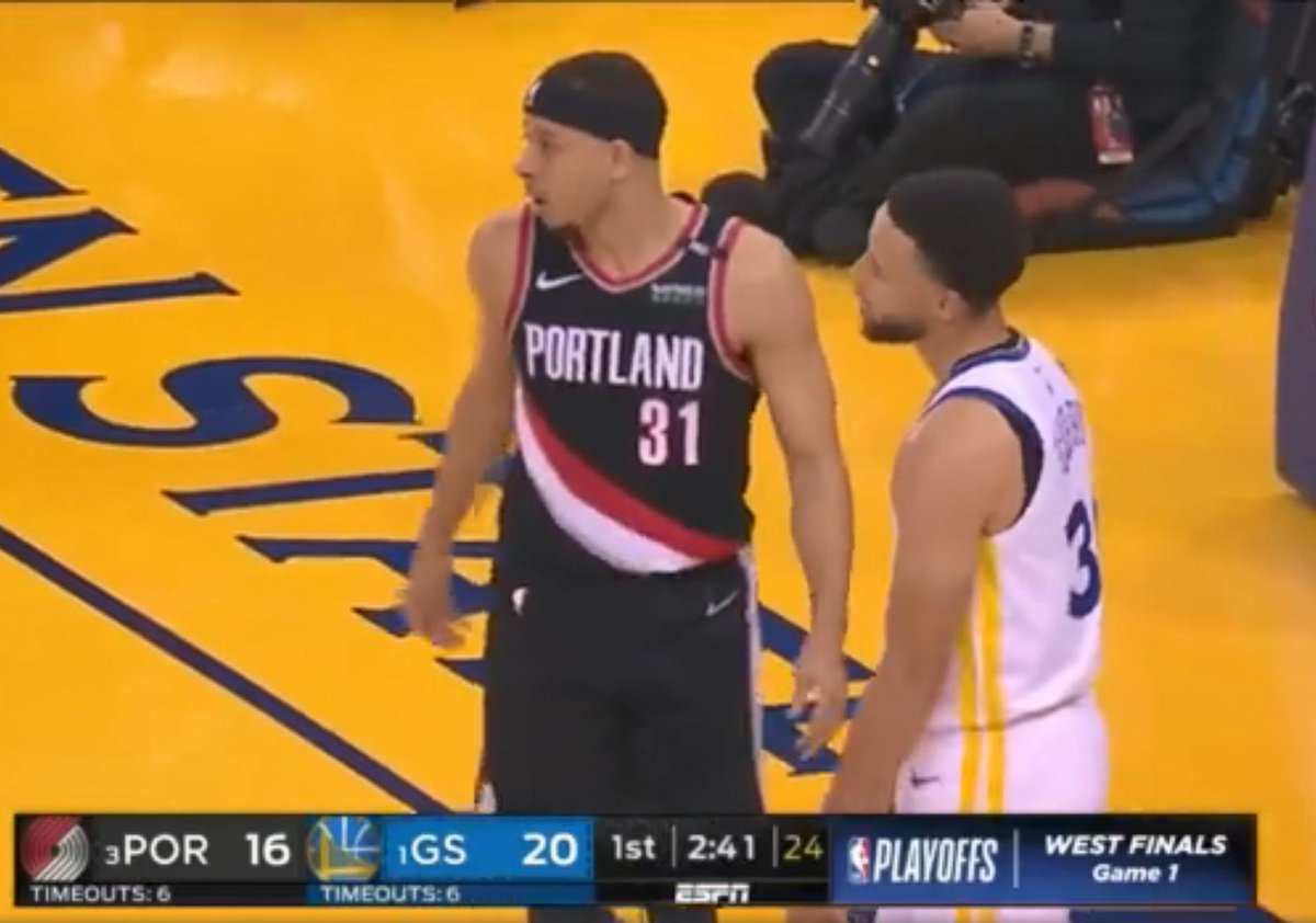 【影片】說好的拋硬幣呢?Curry父母到現場為兒子們助陣,穿一半勇士一半拓荒者配色的特製球衣!-籃球圈