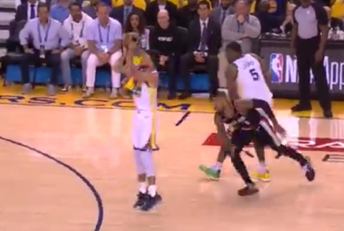 【影片】柯三歲上線!Curry命中三分后,騷氣的慶祝動作惹得全場大笑!-籃球圈