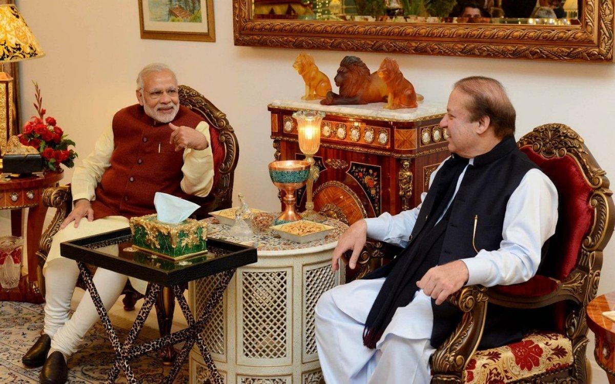 'बुचड़ ( कसाई ) को गाये दान करनी' कहते हैं इसे पंजाबी में - वैसे मोदीजी को कौन सी ऐसी बीमारी है  जो इनको इतना गिरा देती है के सस्ती शोहरत के लिए यह टूर इटनरी बदलके पाकिस्तान में चाय पीने के लिए उतरते है ?????