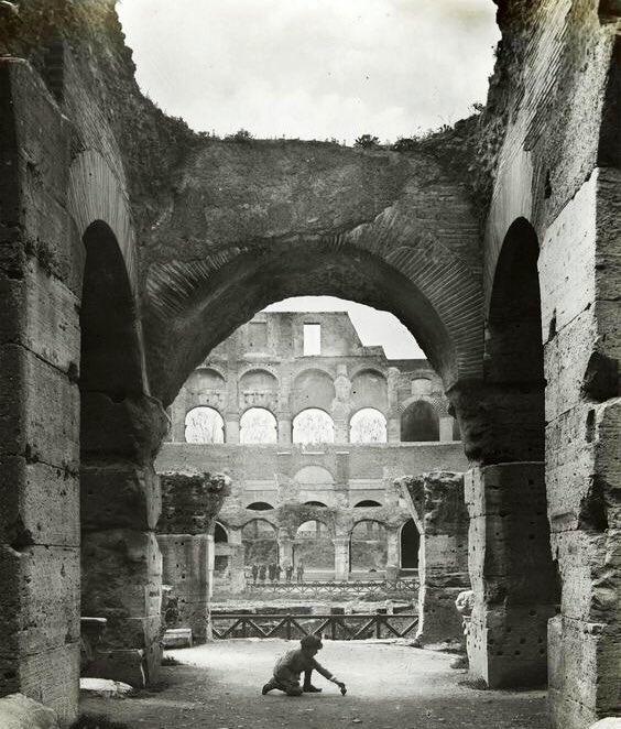 Un bambino gioca allinterno del Colosseo, allinizio degli Anni Venti. Una foto daltri tempi per inaugurare questa giornata di #MuseumWeek dedicata al #PlayMW. Foto Alinari