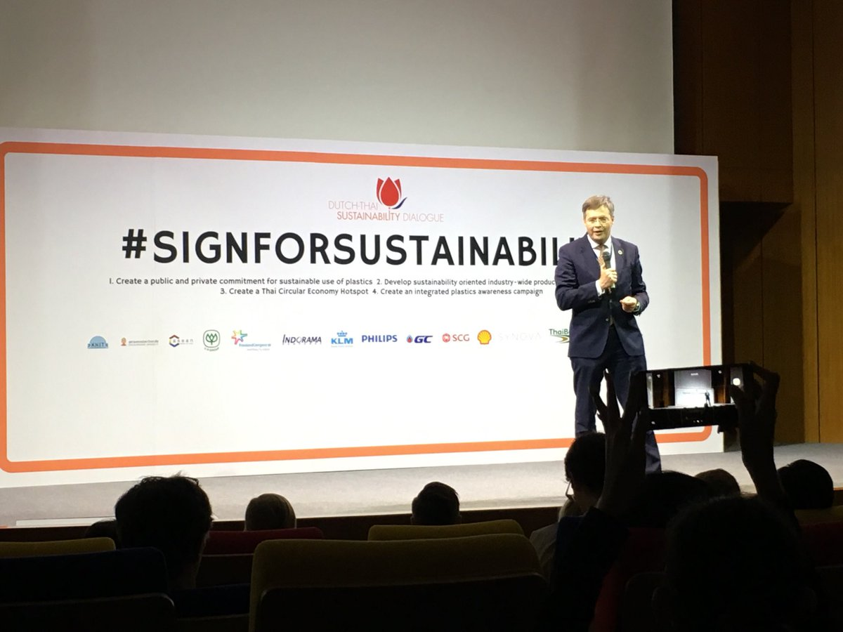 Former Dutch PM @jpbalkenende addressing 200+ participants in Dutch-Thai Sustainability Dialogue in C-ASEAN Bangkok. Inspiring talk, stressing need to make sustainability & #CSR central elements of any corporate strategy #SustainableDevelopment