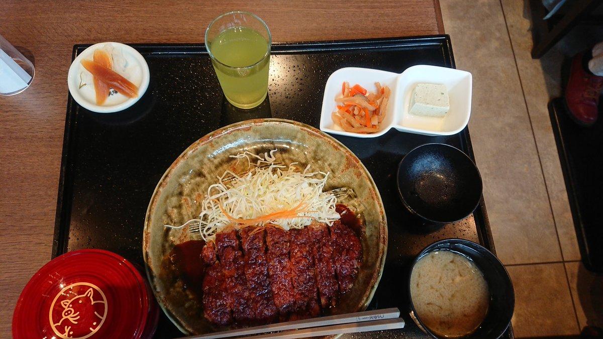 2日目名古屋めし。 ‥‥‥名古屋食? 本当は名古屋コーチンの親子丼食べたかったんだけど激混みだったから、仕方なく2日続けての味噌カツ。 今日の矢場とんの方がミソがさらさらだった気がする。 名古屋城を後にして熱田神宮へ。 一通り参拝も終わったので隣駅の近くのコメダまで。  #初コメダ