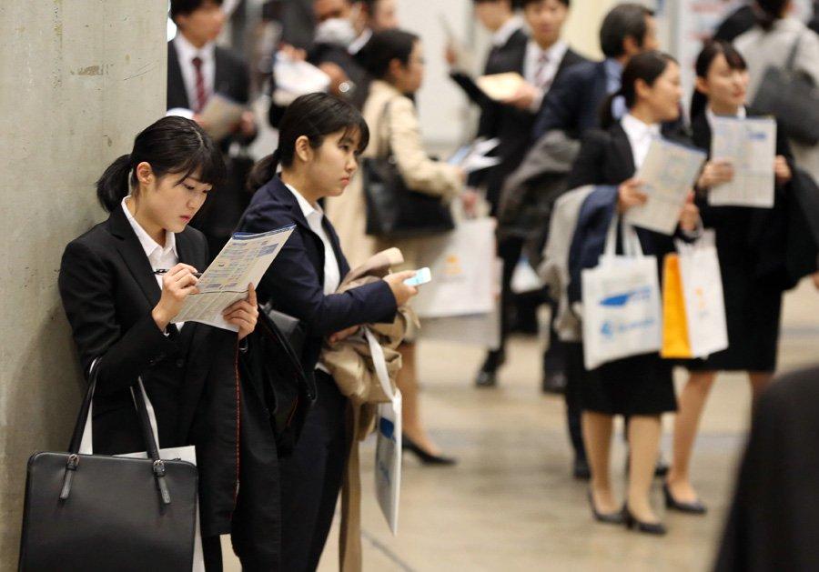 【内定率早くも5割超、10連休前に前倒し】リクルートキャリアが15日発表した20年春に卒業する大学生の就職内定率は、1日時点で前年比8.7ポイント上昇の51.4%でした。空前の「売り手市場」で、10連休前に採用を前倒しする企業が増えたようです。#就職活動記事はこちら⇒