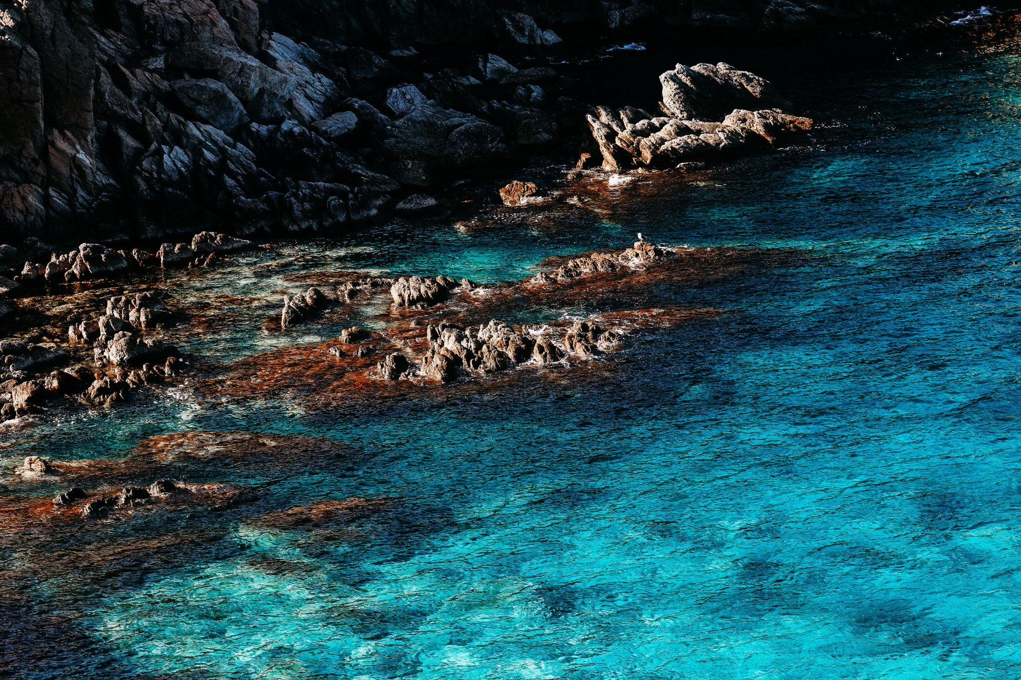 Ярко-голубое море и скалы на мысе Брюса