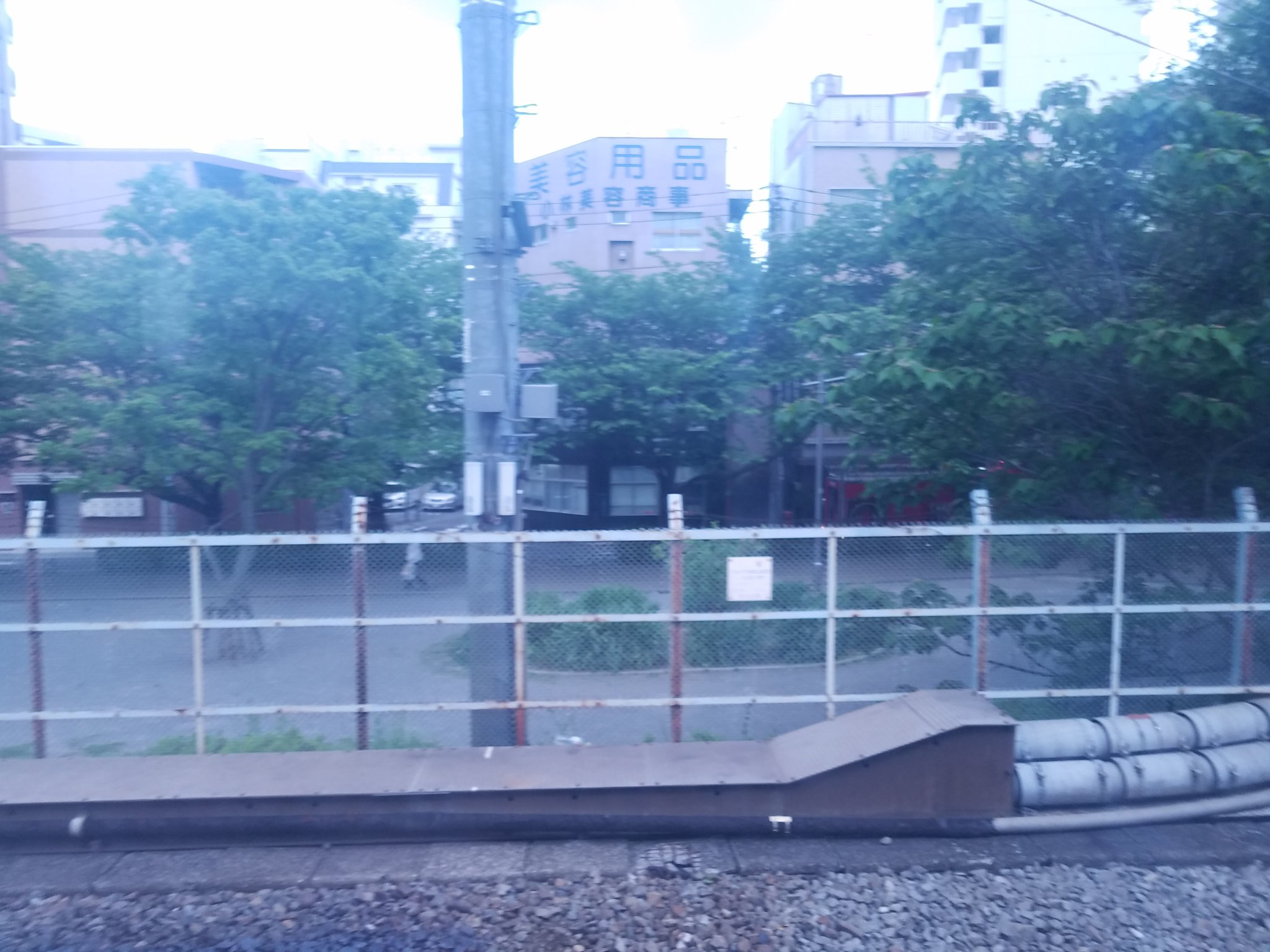 画像,特急踊り子114号東京行きに乗っているが、品川駅~川崎駅間の間で起きた人身事故の影響で、止まってしまった。2枚目の消防車が関係ありそう。運転再開は18時50分頃…
