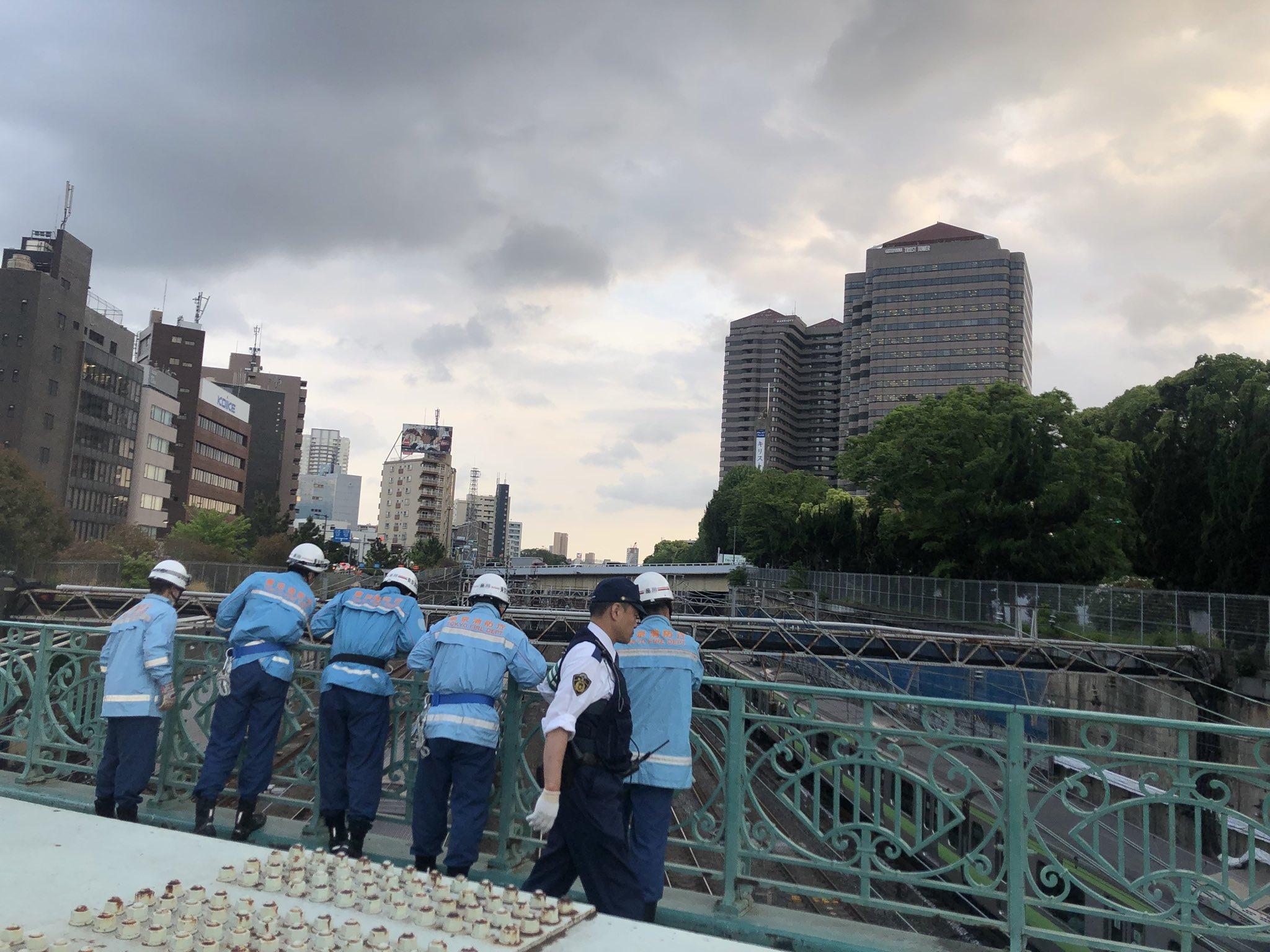 品川駅付近の人身事故で八ツ山橋で現場検証している画像