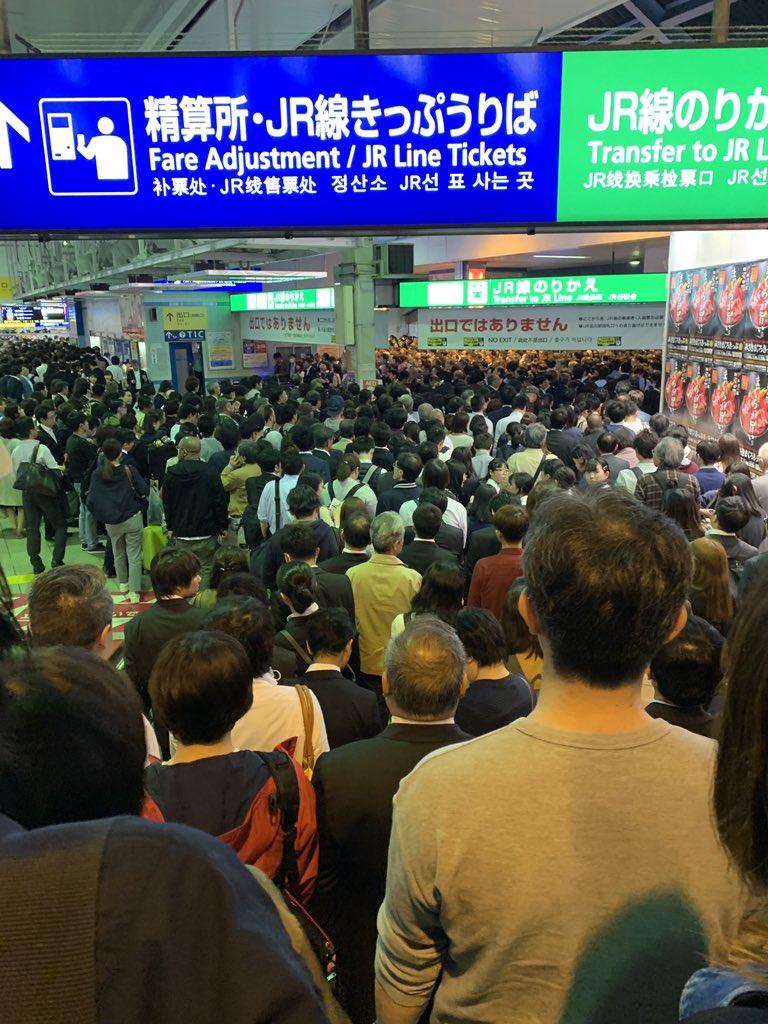 品川駅京急線が大混雑でパニック状態になっている現場画像