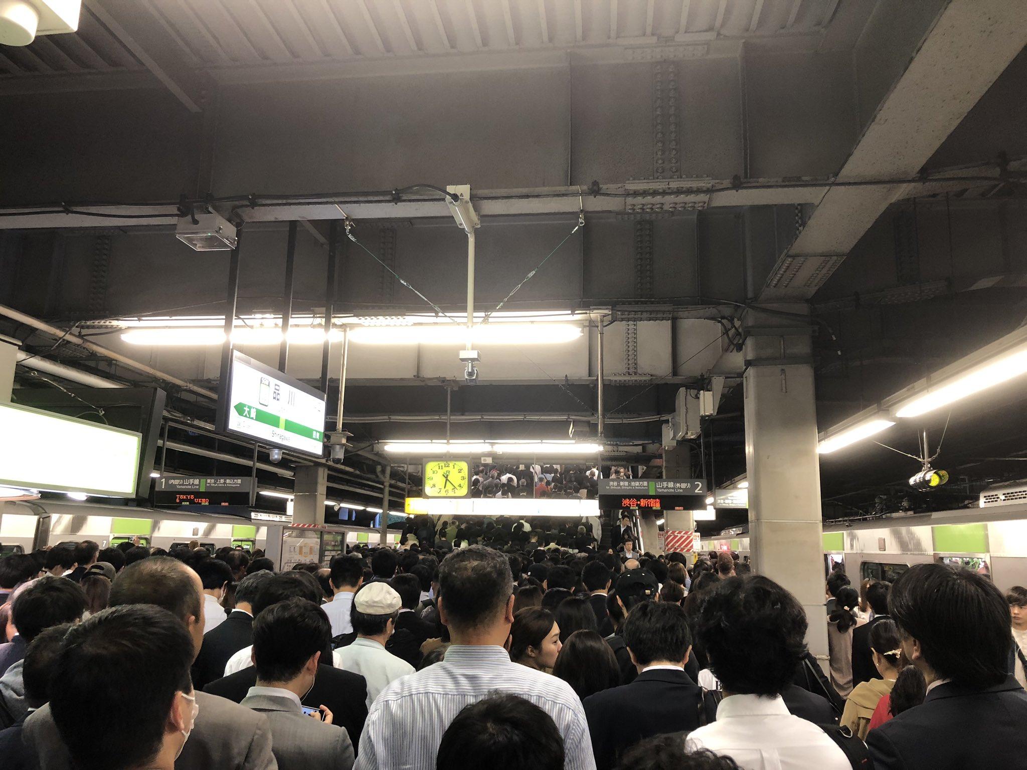 画像,品川駅のホーム一歩も動けん https://t.co/bVUz15yYIx。