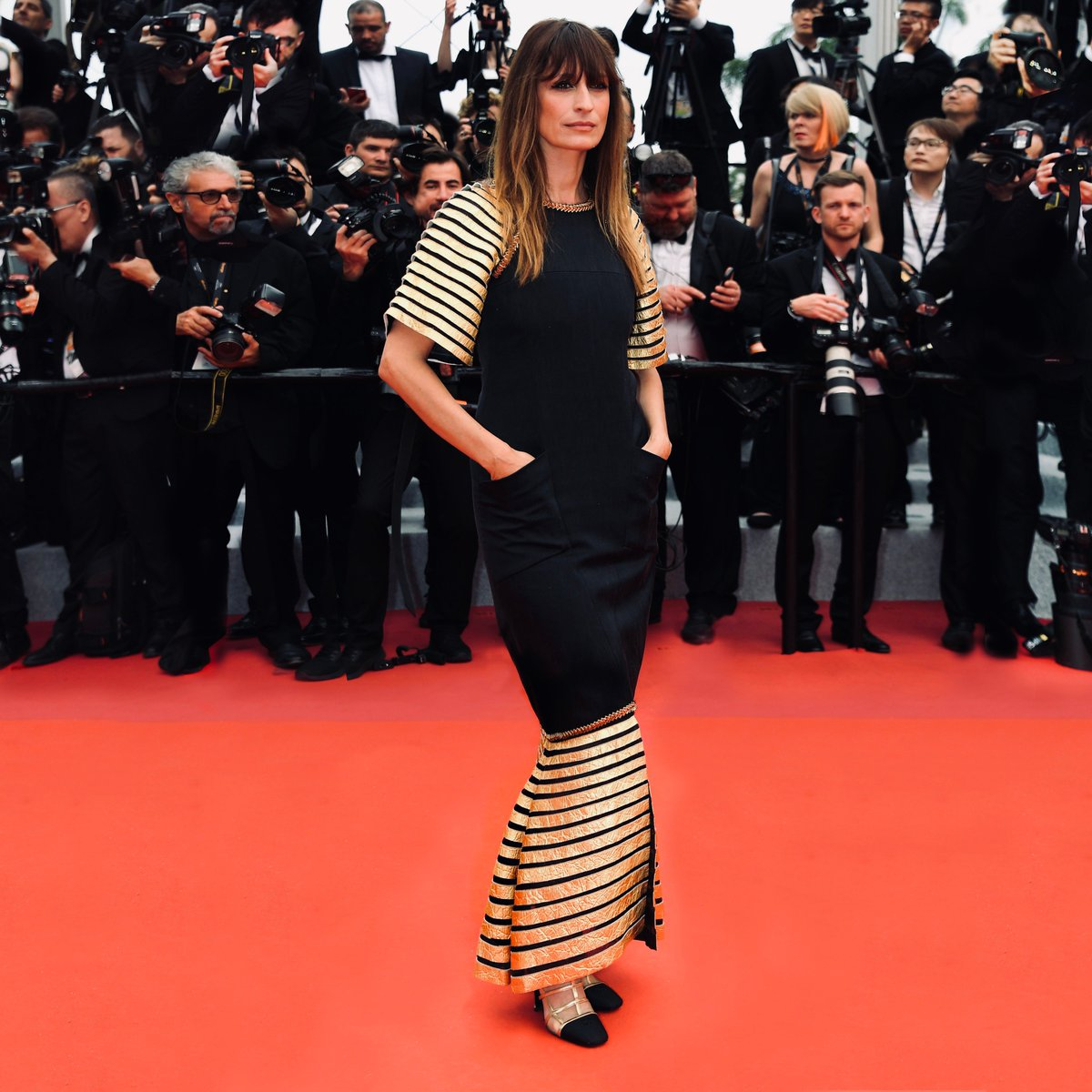 #Cannes2019 opening night — House ambassador Caroline de Maigret climbed the red carpet for the launch of the 72nd Cannes Film Festival wearing a dress from the Paris - New York 2018/19 #CHANELMetiersdArt collection. #CHANELinCannes #CHANELinCinema pic.twitter.com/fM8cEyVlK6
