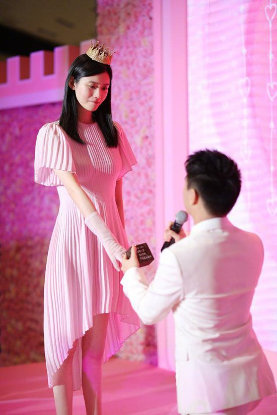 d806a03170107 Check out her style   https   codipop .com celebrity 1484-Ming-Xis-Fashion-Look-at-Her-Marriage-Proposal-on-May-13-2019  …pic.twitter.com cg2yrBqnP9