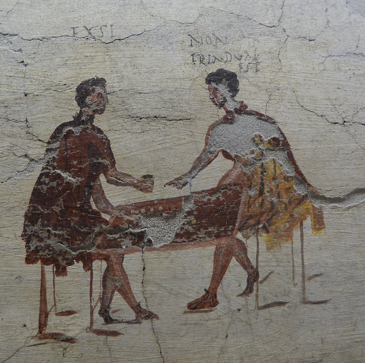 """Following on from @pompeii_sites #MuseumWeek #PlayMW tweet, I recently saw this fresco in Naples and the written captions above the Roman gamers are delightful: one man exclaims """"I've got it"""" and the other retorts """"it's a 2 not a 3"""".   https:// twitter.com/pompeii_sites/ status/1128560837273300992?s=21 &nbsp; … <br>http://pic.twitter.com/6pJwAxVyEh"""
