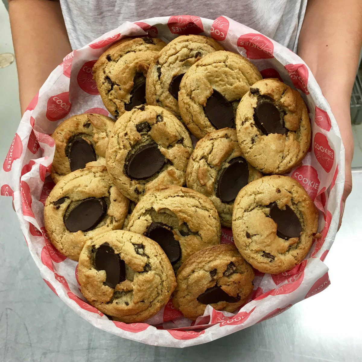 Happy #NationalChocolateChipDay! We want to share the #cookie love with a sweet #contest! Follow us & tag a friend who would love to #WIN a GEORGE TIN filled with 24 #Chocolate Chunk #Cookies. #CookiesByGeorge *Contest closes Weds, May 15 @ 5pm MT* #yeg #yyc #yvr #yqr #ywg<br>http://pic.twitter.com/Mhym59iRz3