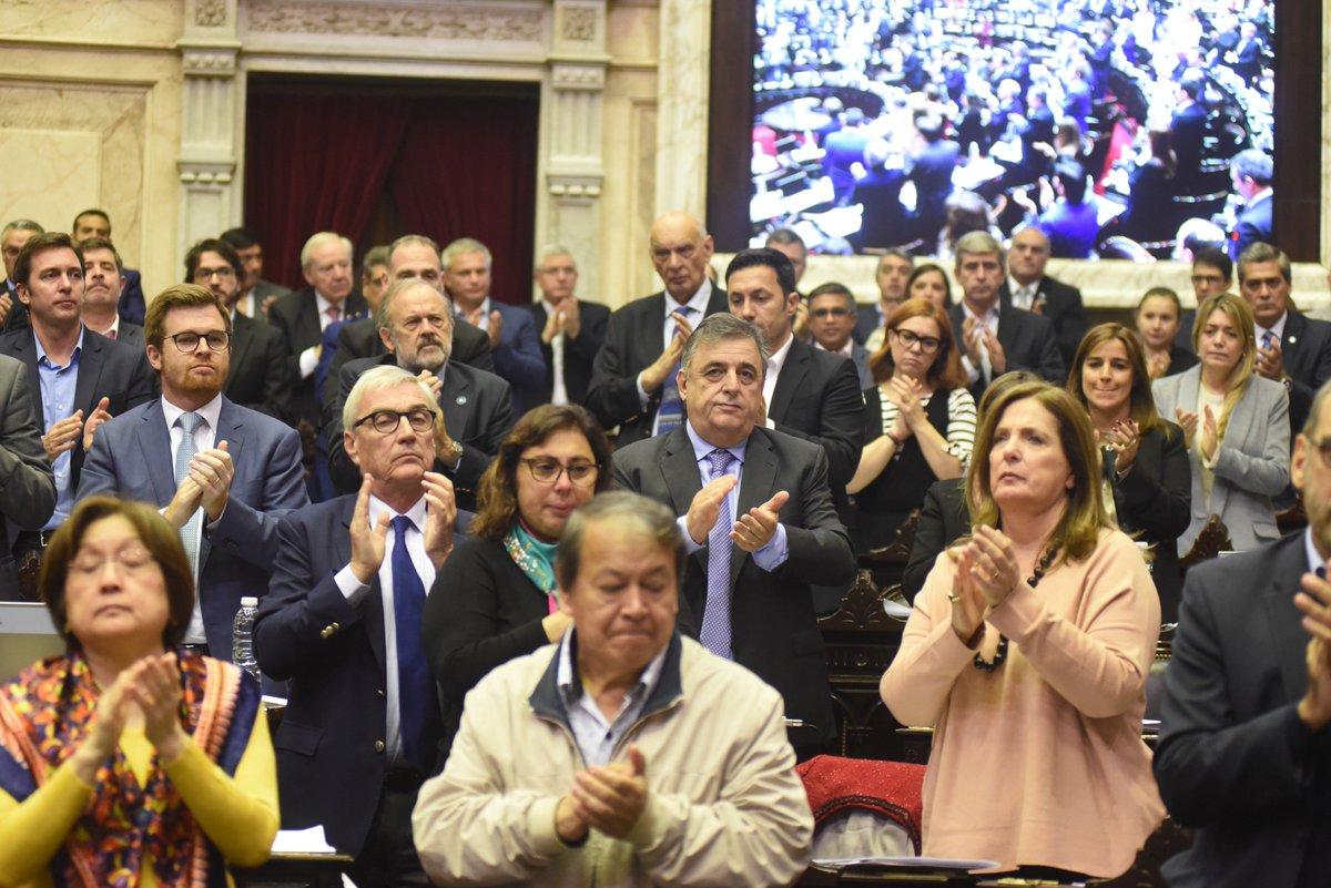 Homenajearon a Héctor Olivares en Diputados y juró su reemplazante