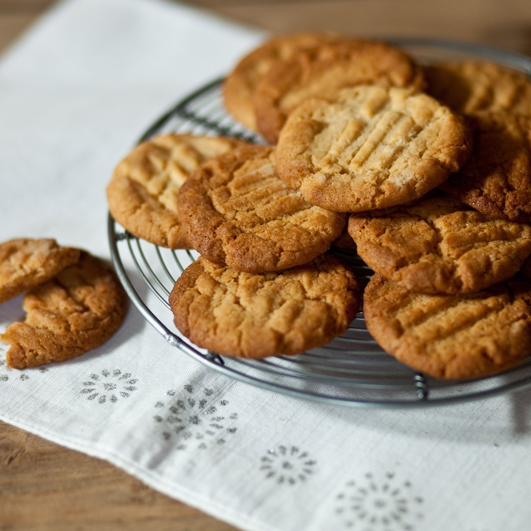 These easy 5-ingredient ginger biscuits are just the thing to have with a cuppa on the sofa. Put the kettle on… https://www.bbc.com/food/recipes/pauls_mums_ginger_72428…