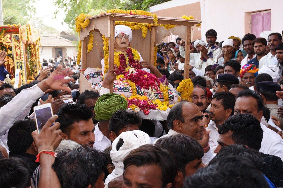 CM attends final rituals of Saint Sadaram Bapa, pays rich tribute
