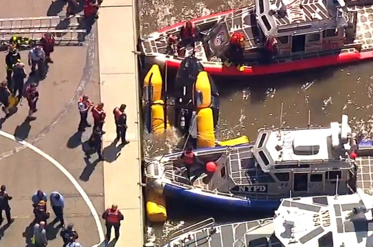 LATEST: A Blade helicopter went down in the Hudson River, falling short of a landing pad, authorities said. A pilot escaped and is believed to have been the sole occupant.  https:// trib.al/38nY4C7  &nbsp;  <br>http://pic.twitter.com/aPinA15x8n