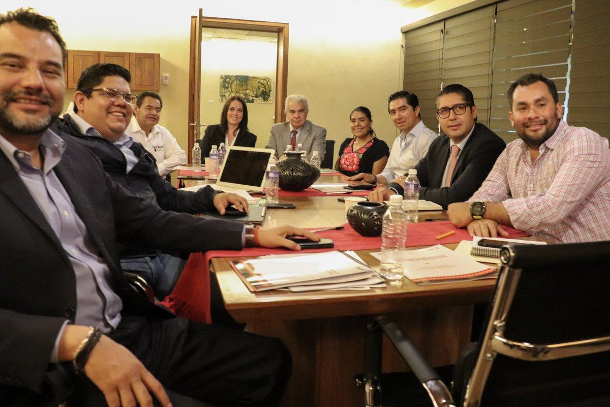 Para trabajar de manera conjunta con los 3 órdenes de gobierno, la titular @EufrosinaCruz junto al secretario gral de la @SEGEGO_GobOax y la subsecretaria de la @SEGOB_mx asiste a reunión de trabajo para dar seguimiento al Programa de Desarrollo del Istmo de Tehuantepec.  #Oaxaca