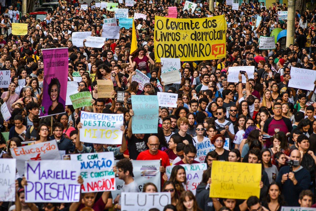 Protestos e paralisações contra cortes na educação ocorrem em todos os estados e no DF; siga o fio para entender a origem das manifestações e para ver os principais acontecimentos do dia => https://glo.bo/2YyptU6 #G1