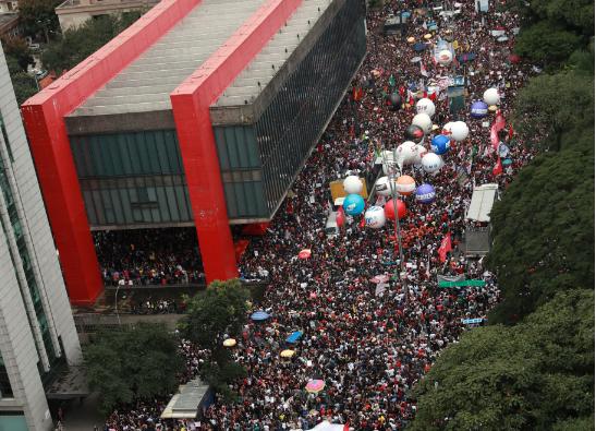 SP: protesto fechou a Avenida Paulista nos 2 sentidos e estudantes da USP e de colégios públicos e particulares protestam em diferentes pontos da capital paulista. Interior e litoral também têm manifestações => https://glo.bo/2HlpDYT #G1