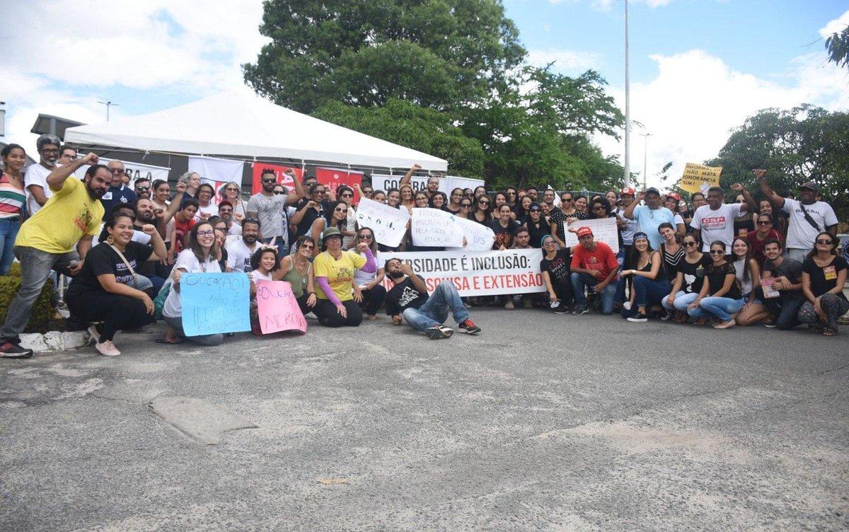 SE: manifestantes bloquearam um dos acessos ao campus da Universidade Federal de Sergipe. Estudantes também se concentram na porta do Instituto Federal de Sergipe (IFS) => https://glo.bo/2WRMXTL #G1