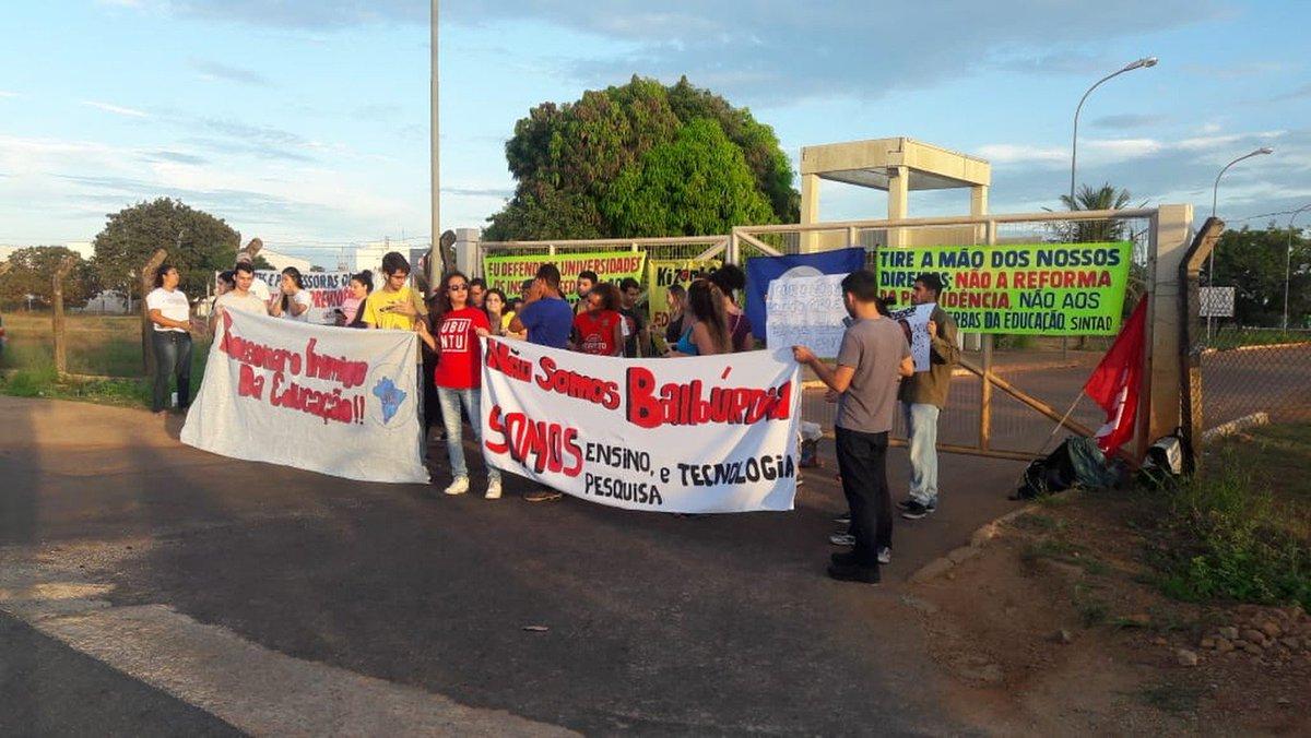 TO: em Palmas, estudantes fecharam o portão de entrada da Universidade Federal do Tocantins e da Universidade Estadual do Tocantins. No interior, há registro de manifestações em Gurupi, Araguaína, Dianópolis e Araguatins => https://glo.bo/2EcvyNZ #G1