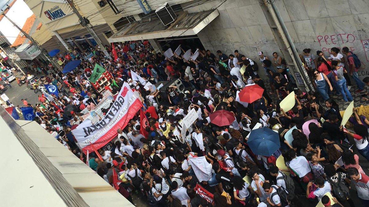 PI: em Teresina, estudantes universitários e secundaristas ocuparam a Praça Rio Branco, no Centro, e seguiram até o prédio da prefeitura. No interior do estado são realizados protestos em Parnaíba, Cocal e Angical do Piauí => https://glo.bo/2w2Jju8 #G1