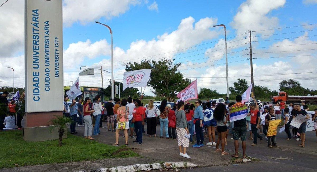 MA: em São Luís, manifestantes bloquearam a Avenida dos Portugueses. A presidente da Associação dos Professores da Ufma, Sirliane Paiva, afirmou que o corte inviabiliza o progresso do ensino público => https://glo.bo/2Q4VVdp #G1
