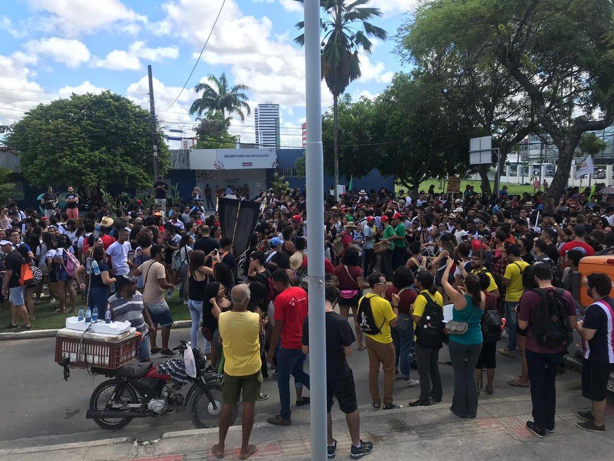 AL: em Maceió e no interior integrantes de entidades sindicais, professores, funcionários e alunos do ensino público federal, estadual e municipal protestam => https://glo.bo/2W73Tsa #G1
