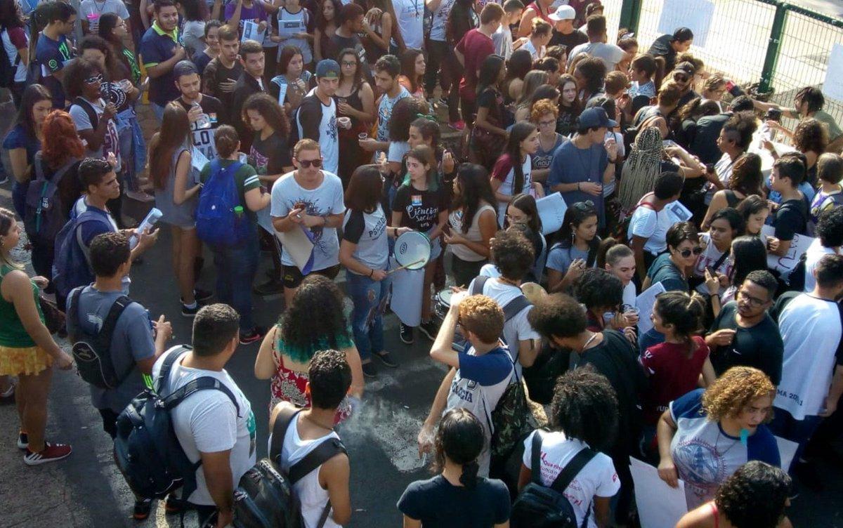 GO: em Goiás, escolas e universidades suspenderam as aulas por conta dos atos. Além da capital, Goiânia, cidades como Jataí e Catalão também têm manifestações => https://glo.bo/2WJ0UTG #G1