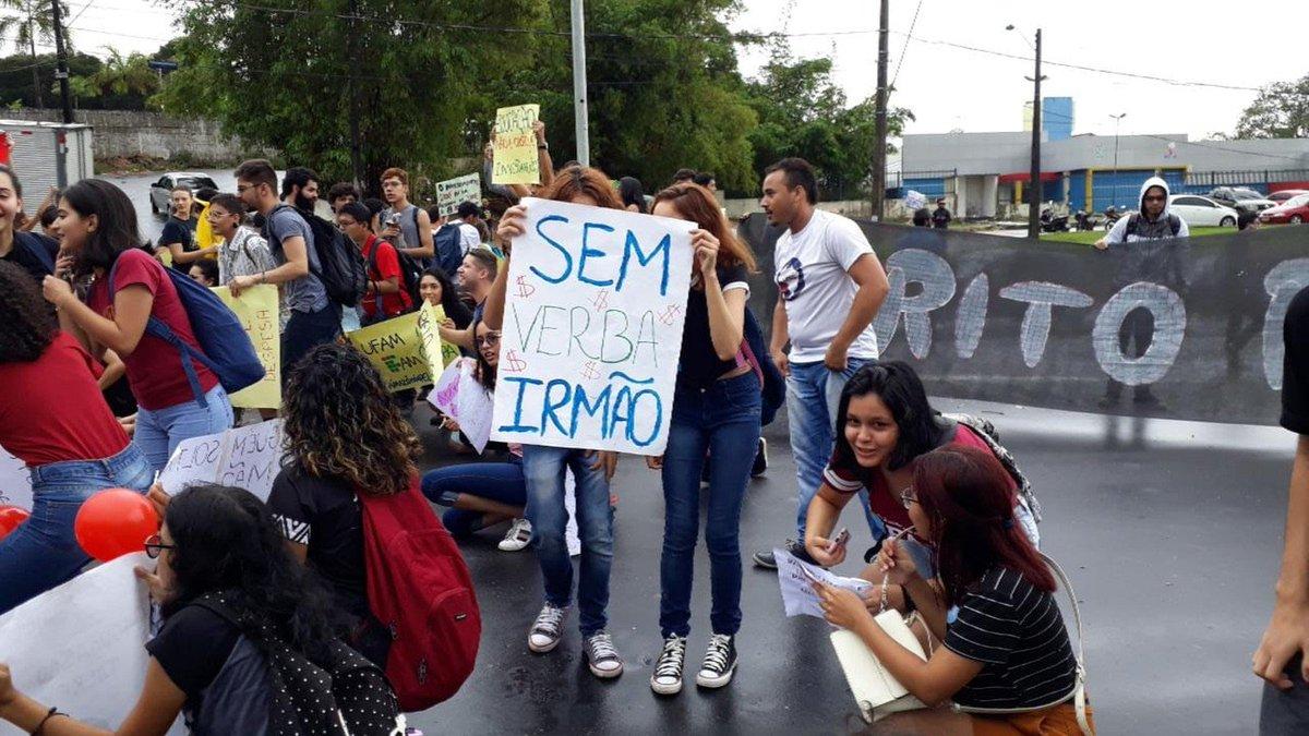 AM: em Manaus, servidores e alunos da Universidade Federal do Amazonas fazem ato na Avenida Rodrigo Otávio, Zona Sul da cidade => https://glo.bo/2Q4r0hD #G1