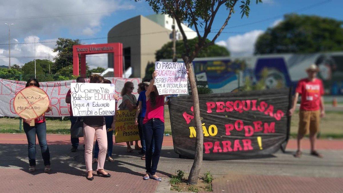 ES: em Vitória, estudantes e professores da rede estadual de ensino seguiram em protesto da Praça do Papa em direção à Assembleia Legislativa do Espírito Santo. Professores da Ufes se mobilizaram => https://glo.bo/2LLcQU9 #G1
