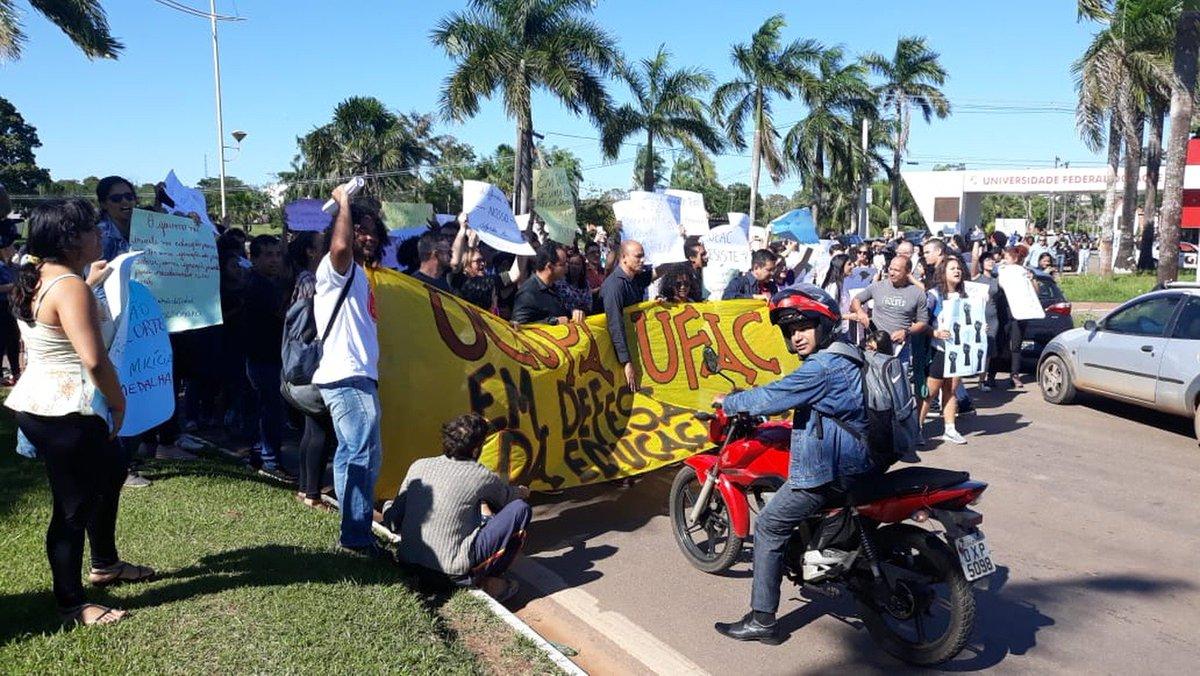 AC: em Rio Branco, a Universidade Federal do Acre e o Instituto Federal do Acre têm atos. Centrais sindicais fecharam, pela manhã, a avenida Brasil, uma das principais do município. Cidades do interior também registraram protestos => https://glo.bo/2HlxsfW #G1