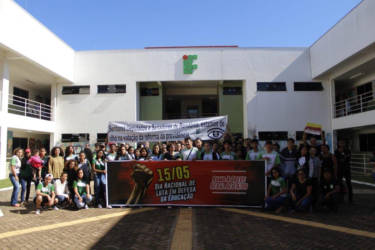 RO: estudantes e professores do Instituto Federal de Rondônia (Ifro) fazem um manifesto no campus. Em Porto Velho, estudantes da Fundação Universidade Federal de Rondônia (Unir) protestam no Centro. Cidades de Vilhena, Cacoal e Ariquemes têm atos => https://glo.bo/2VqLhz1 #G1