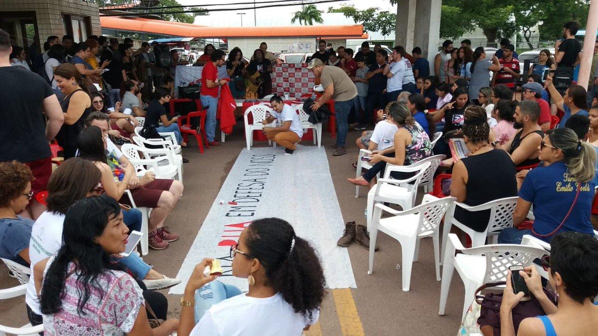 AP: estudantes, professores e servidores protestam no campus Macapá da Universidade Federal do Amapá (Unifap). Com faixas, cartazes e caixas de som, o grupo fechou a entrada da universidade, localizada na Zona Sul da capital => https://glo.bo/2Hqs7US #G1