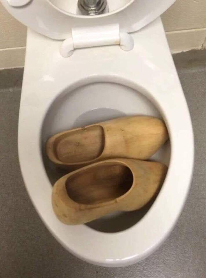 Oh no! The toilet is clogged again! #HitMeWithYourBestPun <br>http://pic.twitter.com/2A1PRaPORP