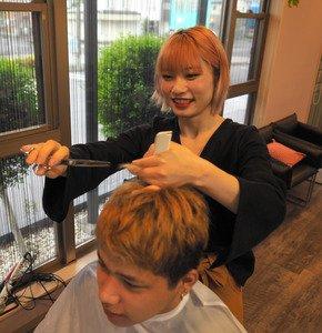 日本で #美容師 を目指す #外国人 たちがいます。愛知県では、中国人の女性が日本語の国家試験を突破し、夢をかなえました。ただ、在留資格がないため、美容師免許を取っても就職できずに帰国する人も多いようです。記者が取材しました。#外国人共生 #多文化
