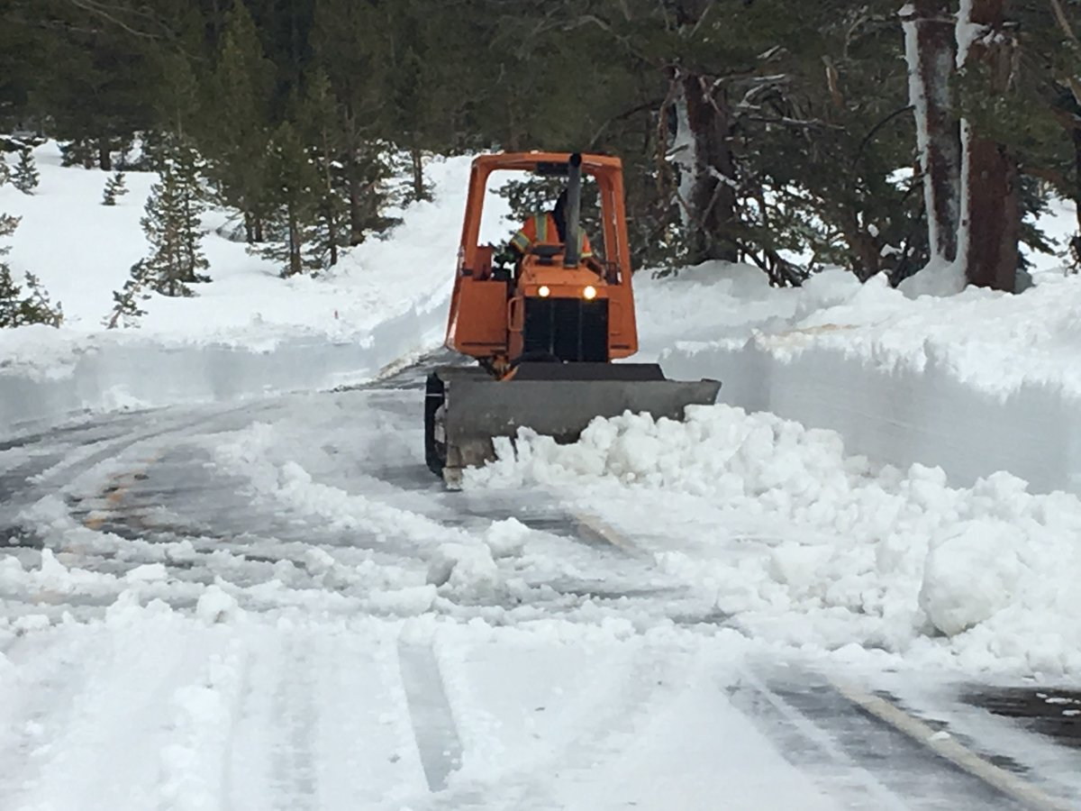 FULL HIGHWAY CLOSURE-Caltrans to close State Route 89 (Monitor Pass) tonight at 10:00 p.m. This pre-emptive closure is based on a Winter Storm Warning predicting snow at high elevations for safety reasons . More info @ 1-800-427-7623. or  http:// quickmap.dot.ca.gov    <br>http://pic.twitter.com/MwpzZa36nu