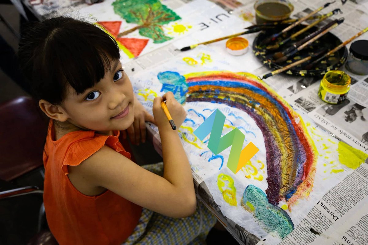 """A girl with her picture of #RainbowMW on a piece of recycled plastic at the art worshop during the Exhibition """"Rethink"""" #MuseumWeek2019"""
