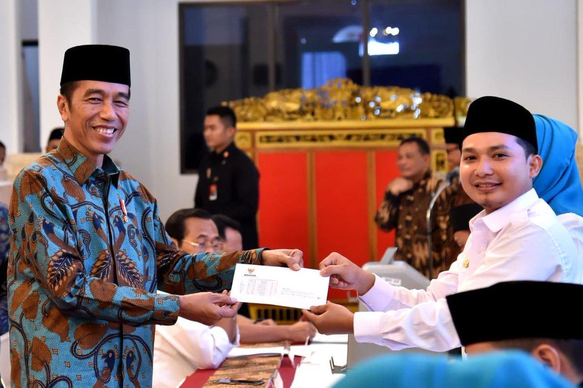 Menunaikan zakat melalui Badan Amil Zakat Nasional (BAZNAS) pada hari ke-11 Ramadan di Istana Negara, siang ini.