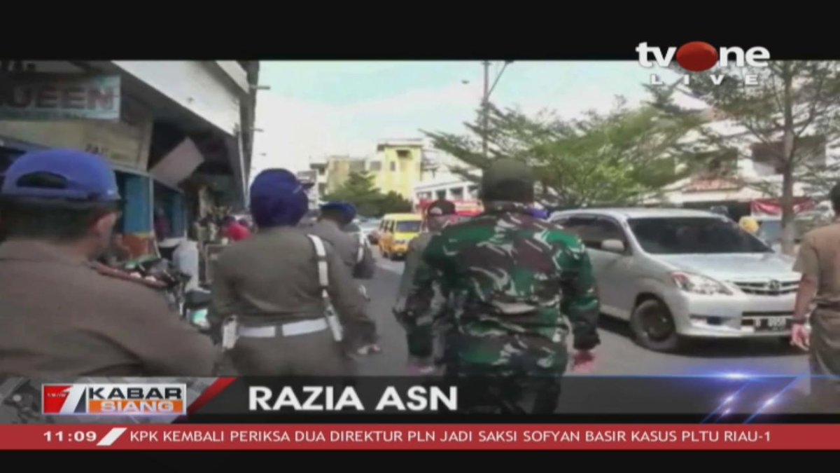 Satpol PP kabupaten Lampung Utara melakukan razia ASN di pasar Dekon kotabumi. 17 ASN terjaring razia. Berita lain THR dan gaji ke-13 dibayarkan 21 Mei 2019.Dapatkan berita lain di tvOne connect, android http://bit.ly/2CMmL5z  & ios http://apple.co/2Q00Mfc #tvOneNews