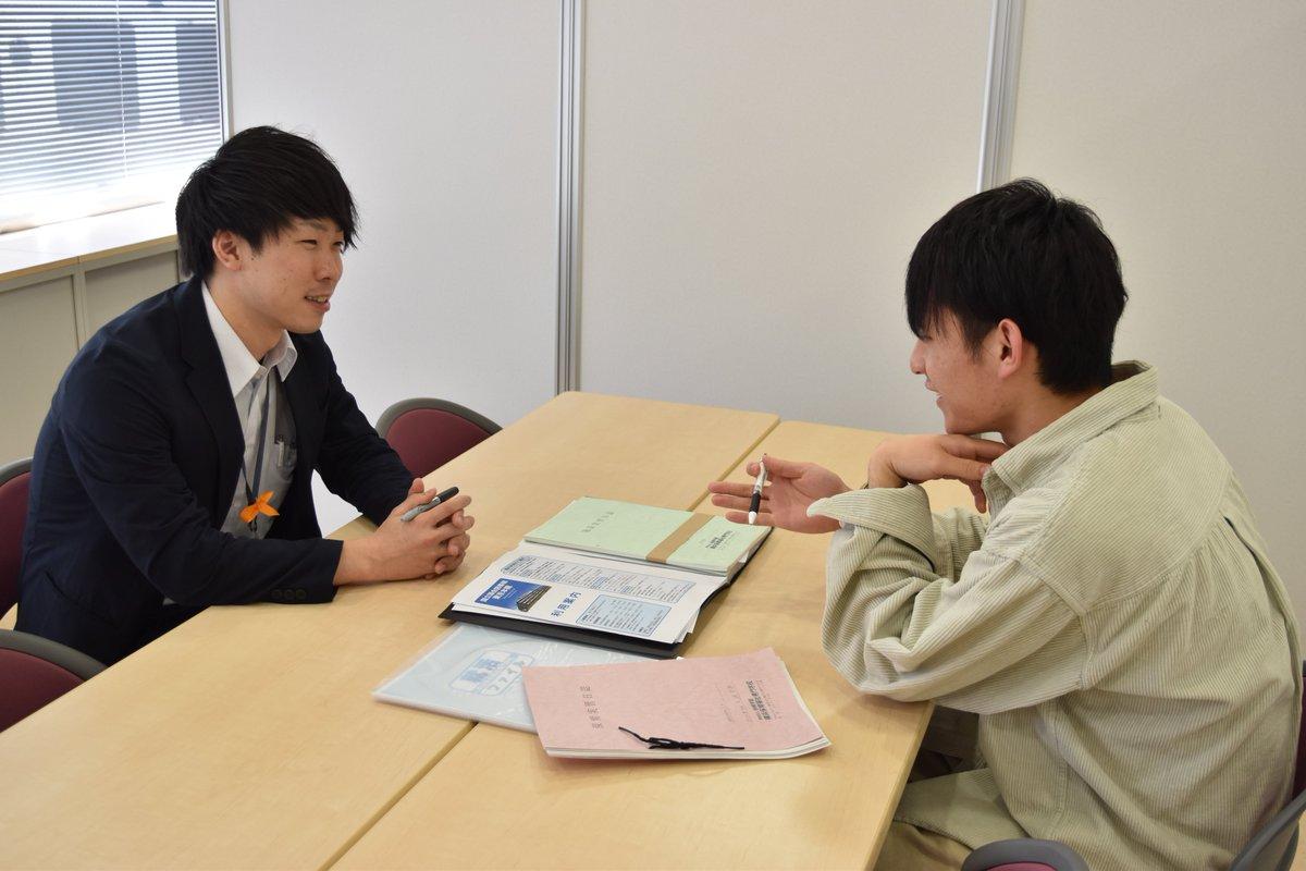 横浜保育?に、新しく「談話スペース」がオープン? 3⃣年生の就職面談3⃣では、先生と1対1で悩みを相談?ゼミ活動では、学生同士のミーティングで大活躍‼️スペースが区切られているので、周りを気にしないで相談できます?#岩崎学園 #横浜保育 #談話スペース #就職 #ゼミ
