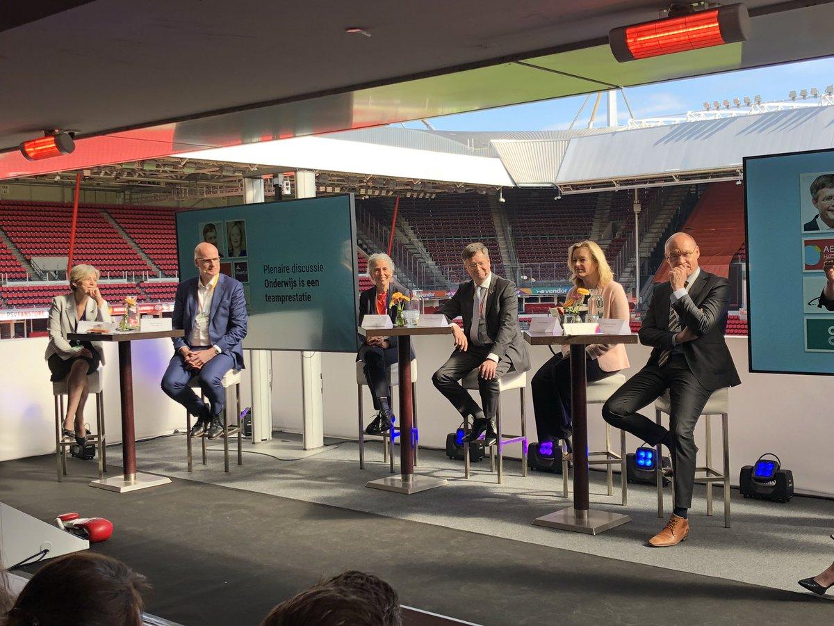 Plenaire discussie als start van #hetonderwijscongres. Mooi panel met deskundigen oa Jan Peter Balkenende, Jet Bussemaker en @JoepHouterman ! #wijzijnfontys @PhilipsStadion