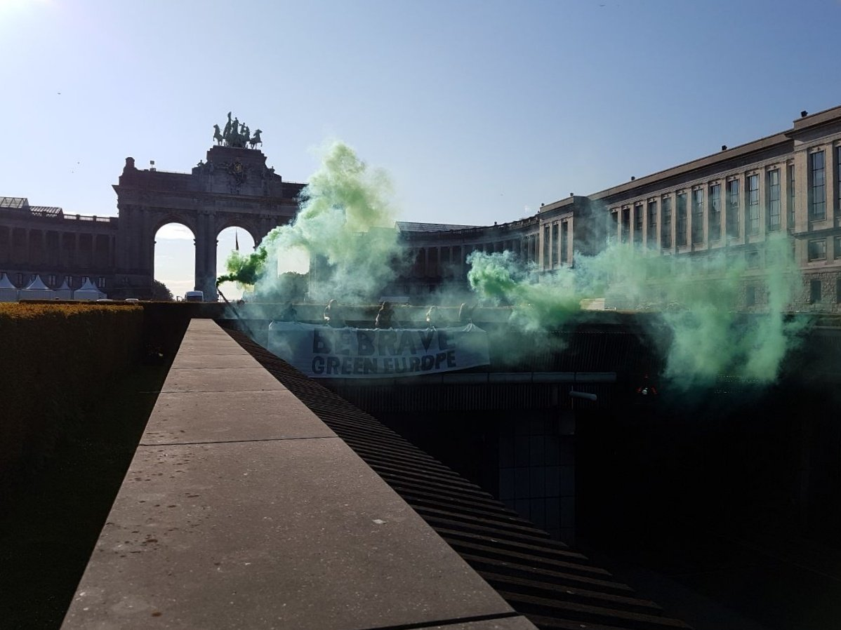 We need a different Europe. A Europe with climate action, social justice & feminism at its core. A Green Europe   Follow us for updates on #BraveGreenEU actions of Young Greens across Europe. Here's Brussels this morning   #EurovisionDebate #TellEurope #ThisTimeImVoting<br>http://pic.twitter.com/WRrh1DOONi
