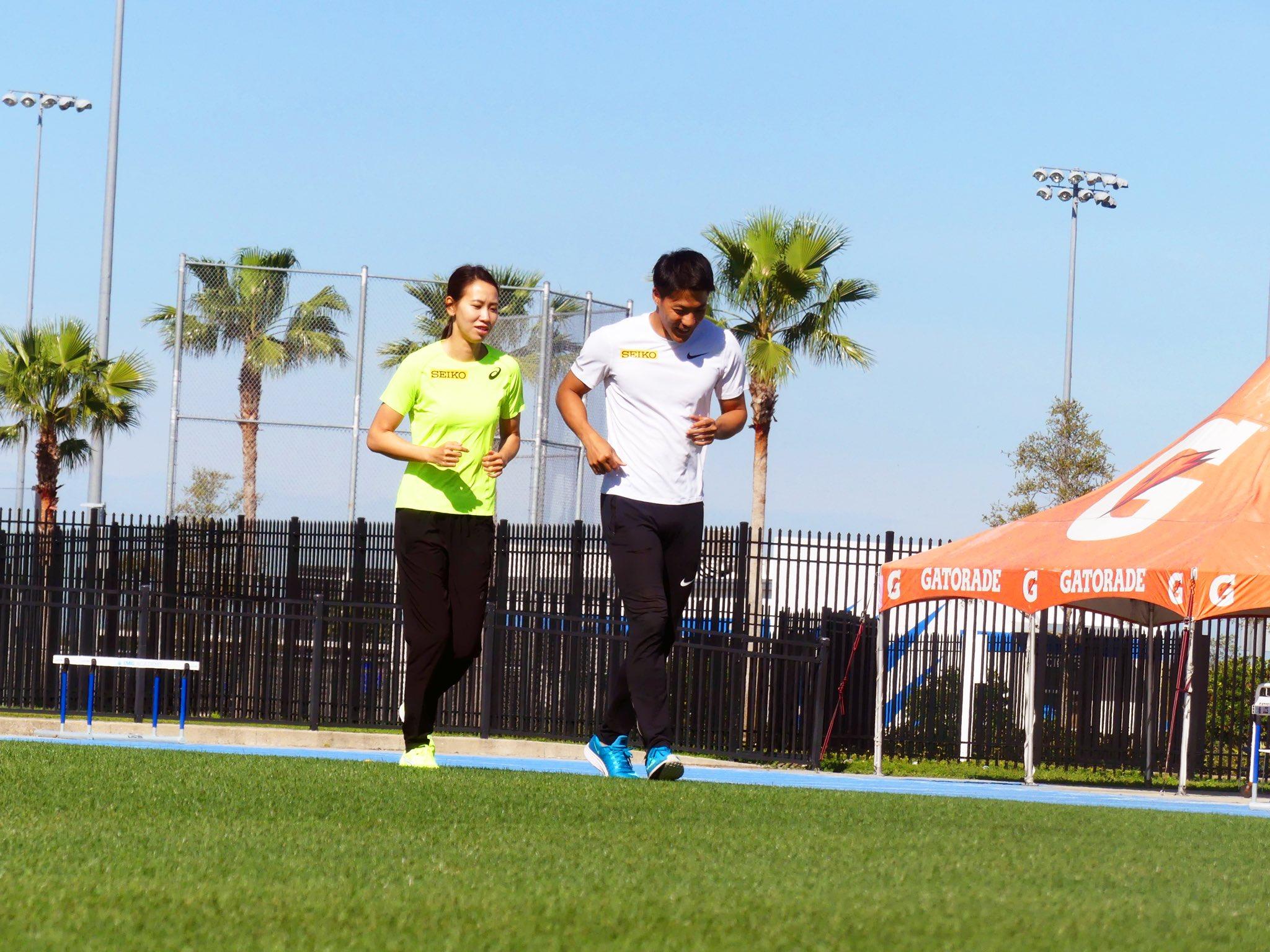 山縣亮太と福島千里が一緒に走っている画像