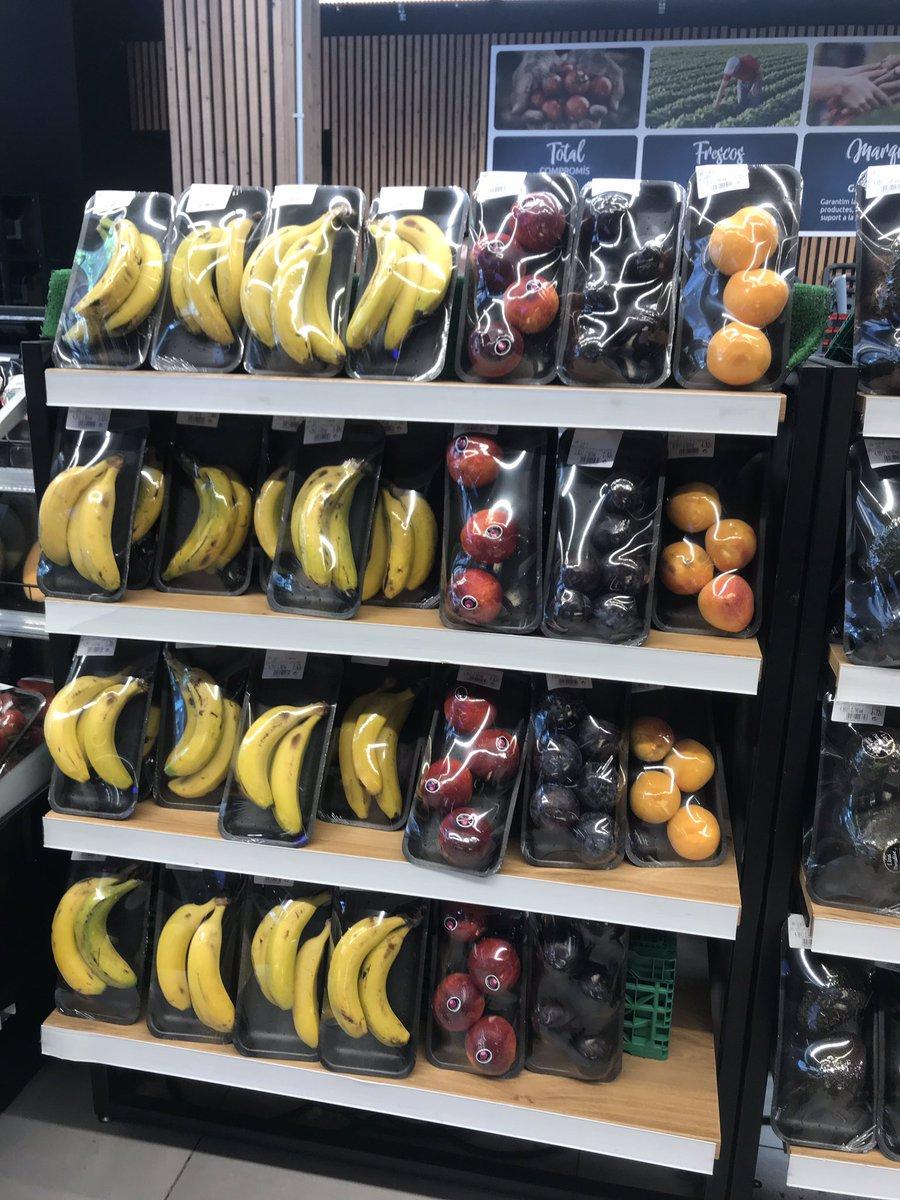 Mientras el resto del mundo declara Estado de Emergencia Climática, @CarrefourES vende frutas con cáscara envasadas en plásticos. Totalmente anti-ecológico e innecesario. Por favor difundan con un RT para que @CarrefourES tome acción!!