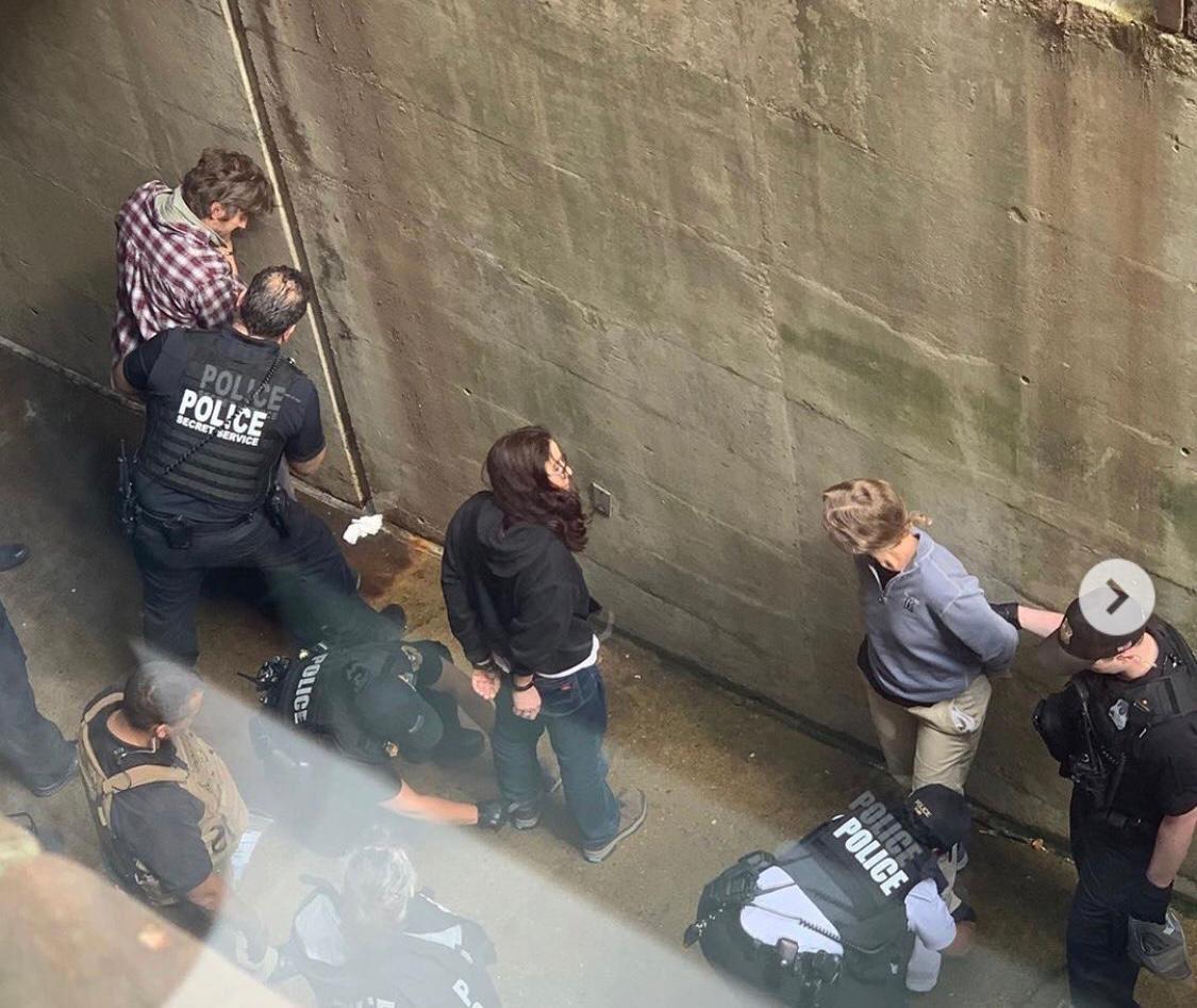 Me hacen llegar esto que sería presuntamente el momento de la detención de los cuatro activistas del Colectivo de Protección de la Embajada. En la foto que parece ser un screenshot de otra imagen, se ve a David Paul, Adrienne Pine y Margaret Flowers. #EmbassyProtectionCollective