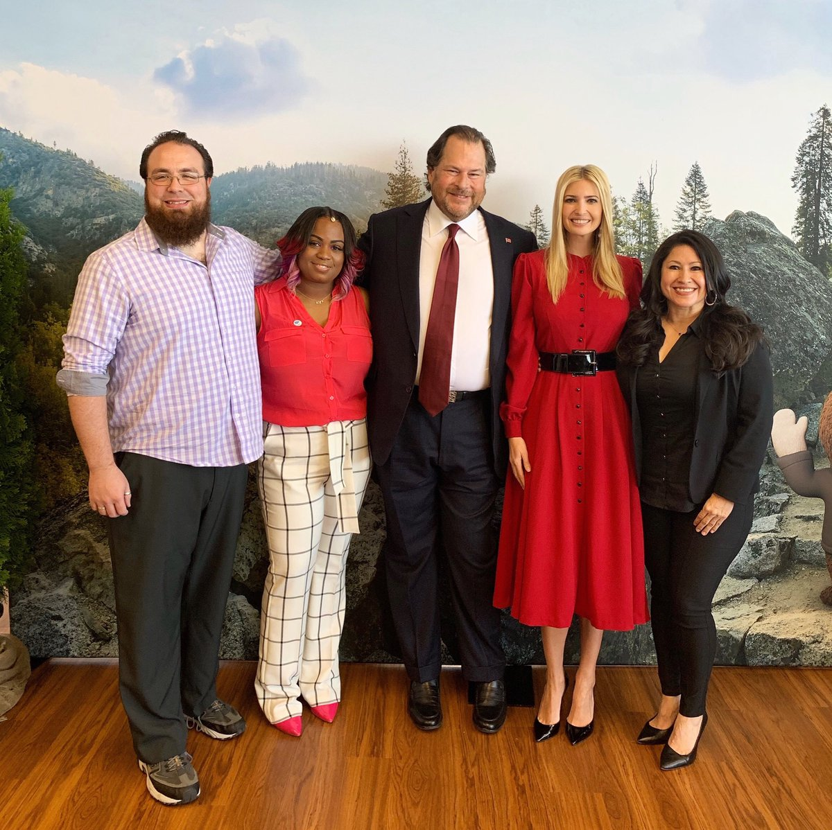 Today, we heard stories of lives transformed by rewarding careers through @salesforce visionary approach to online learning.  Thank you @Benioff for signing our #PledgetoAmericasWorkers and committing to investing in the skills + talents of 1 MILLION more Americans!   Wow! 👏