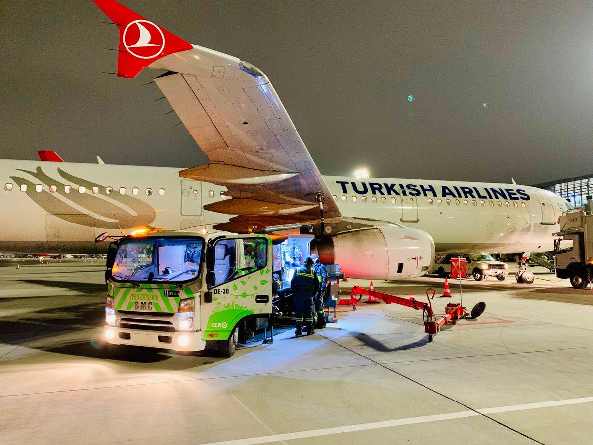#İstanbulHavalimanı'nda sıfır emisyonlu 50 adet elektrikli araç ile yakıt ikmal işlemini gerçekleştiriyor, böylece yılda 2.500 ton karbondioksit salınımını ve 750 ton yakıt tüketimini önlüyoruz! ✈