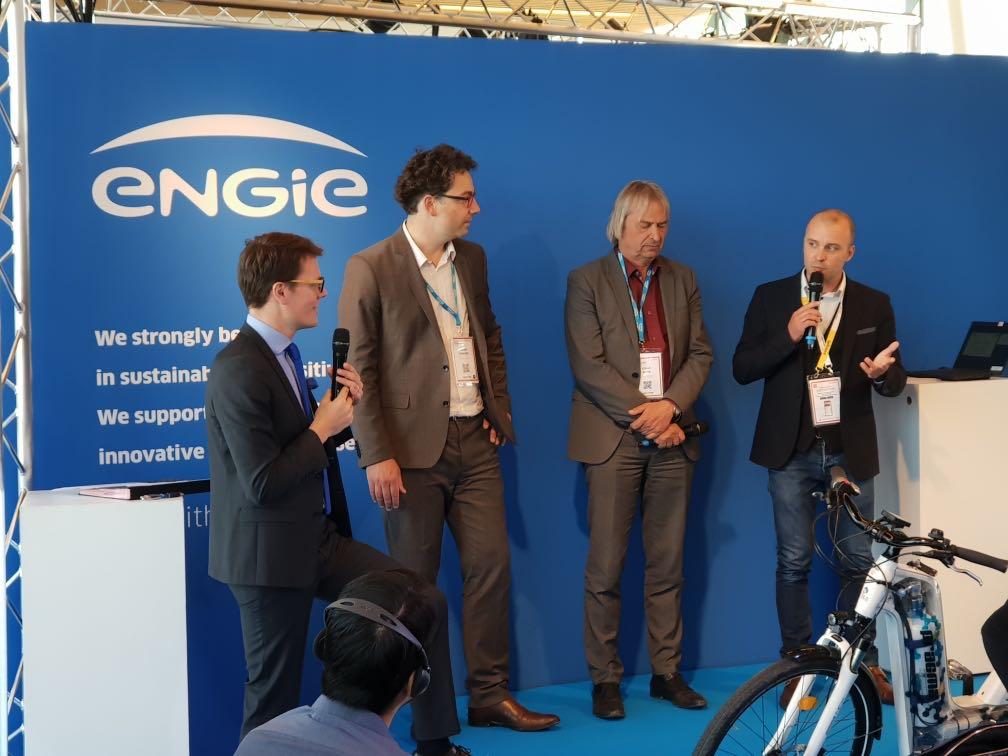 Un pas de plus vers la #mobilité hydrogène. Pierre Forté, PDG de Pragma Industries et Alain Colle directeur commercial et président @ENGIE_CofelyFR H2 signent l'acquisition de 200 vélos Alpha au salon @vivatech. @PragmaFuelCells  #veloH2 #H2Now #h2bike #VivaTech2019  #VivaTech